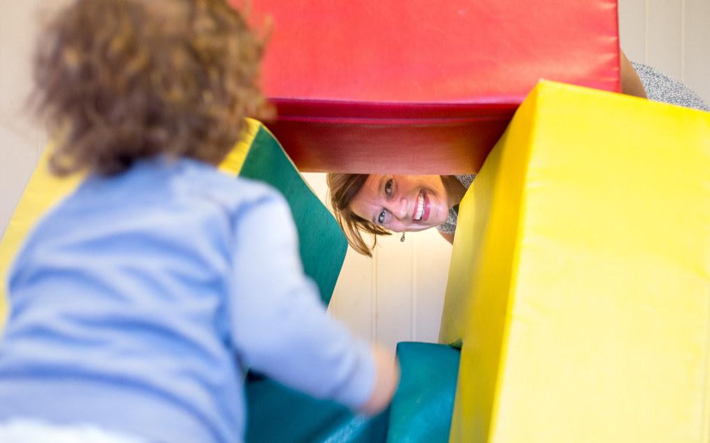Alle barn i Oslos kommunale barnehager skal sikres en fast tilknytningsperson ved oppstart i barnehagen. Her leker byråd for oppvekst og kunnskap i Oslo, Tone Tellevik Dahl (Ap) med Theo i Disengrenda barnehage. Foto: Hans Skjong