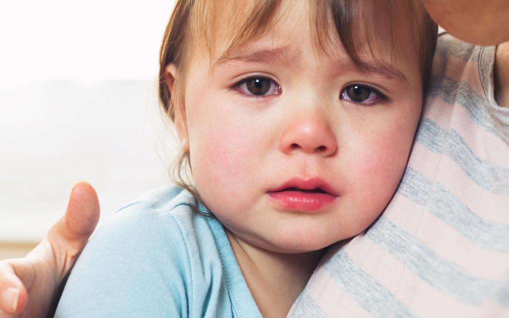 Følelser i seg selv er ikke farlige, men det er farlig å undertrykke følelser. Vis at du forstår barnet ved å si for eksempel: «Jeg forstår at du er lei deg og skjønner at du aller helst ønsker å være sammen med meg. Jeg ønsker også å være hos deg, men nå jeg må på jobb.Tiril er her og vil passe på deg». Det er et av rådene du kan gi til foreldre ved tilvenning i barnehagen. Illustrasjonsfoto: Fotolia.com