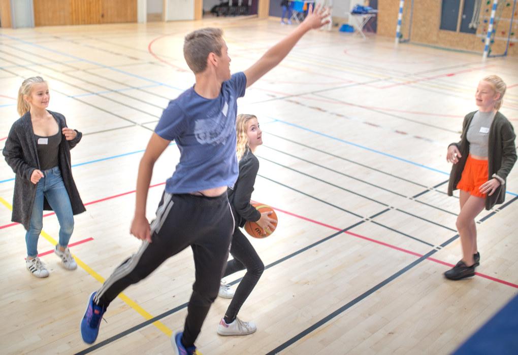 Å slutte på barneskole og bli ungdomsskoleelev skal ikke få stoppe leken.  F.v: Isrid Emilie Hjelvin Tveitt, Hasan Karabulut, Karina Bajan-Skog og Selma M. Eide. Foto: Hans Skjong