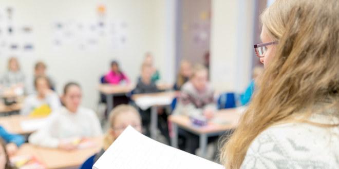 Lærer vendt mot klassen