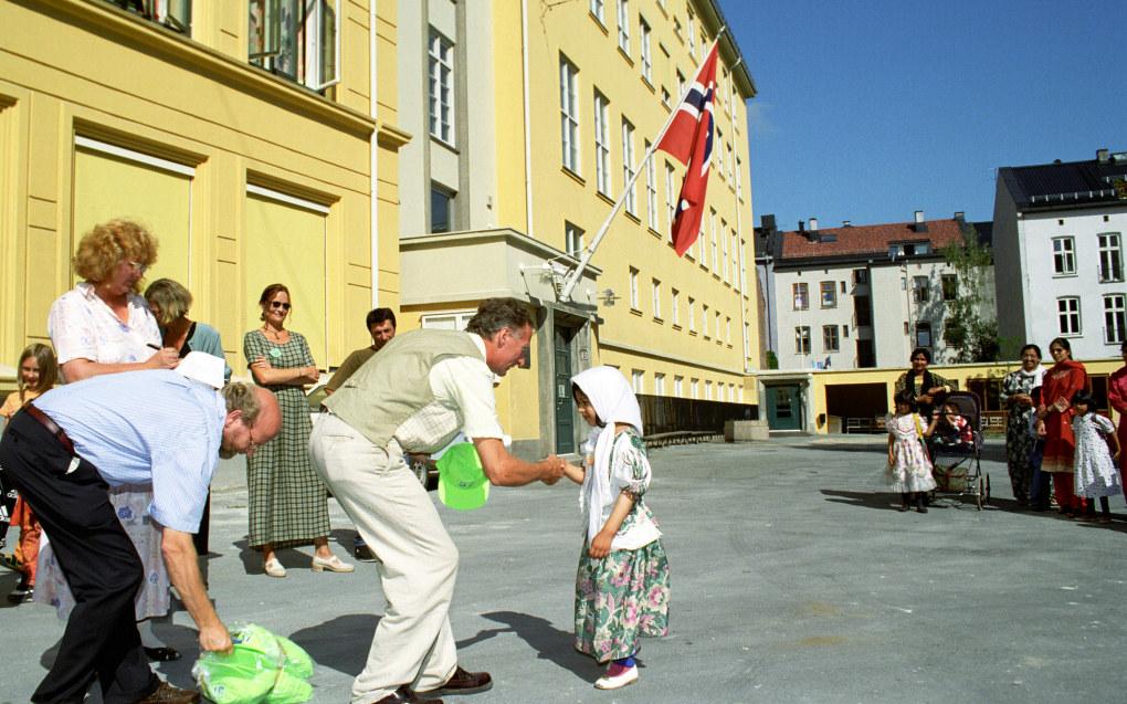 18. august 1997: Seksåringer blir tatt imot som elever ved Møllergata skole i Oslo. Arkivfoto: Heiko Junge/NTB Scanpix
