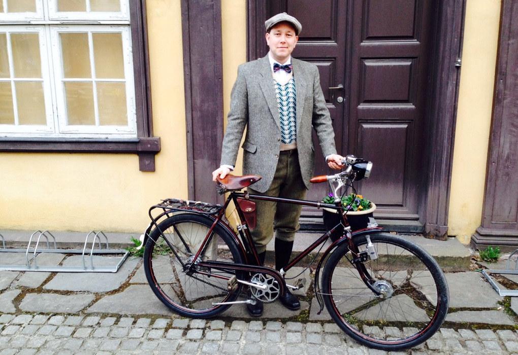 Her poserer Johannes Ødegård bak en 1941 modell O.M.Gaarder, funnet på Høyenhall i Oslo. Den hadde stått på et villaloft i over 50 år. Foto: Privat