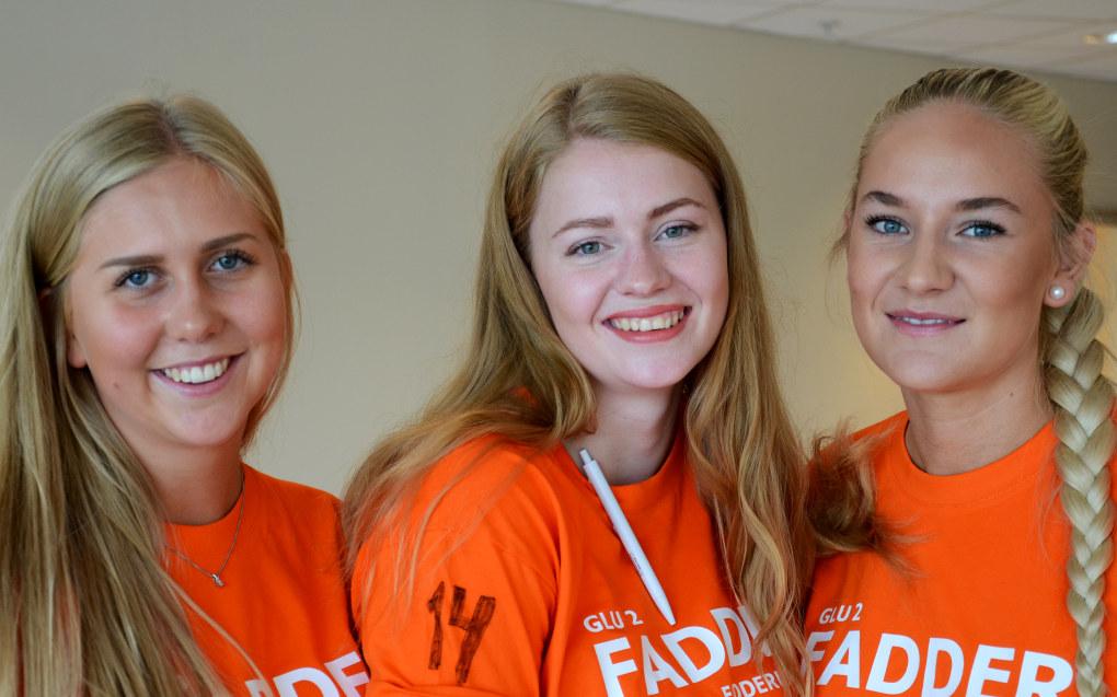 De er der for å ønske nye studenter velkommen, men Vilde Bakken Løkka (t.v.), Oda Iren Langleite og Camilla Sofie Øen gleder seg også selv til delta på fadderuka for første gang. Foto: Kari Oliv Vedvik