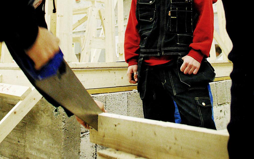 Mens en fagutdannet tømrer kan få generell studiekompetanse ved å ta påbygning, har ikke elever som har tatt studiespesialisering den tilsvarende retten til å begynne på yrkesfag. Ill. foto: Bo Mathisen