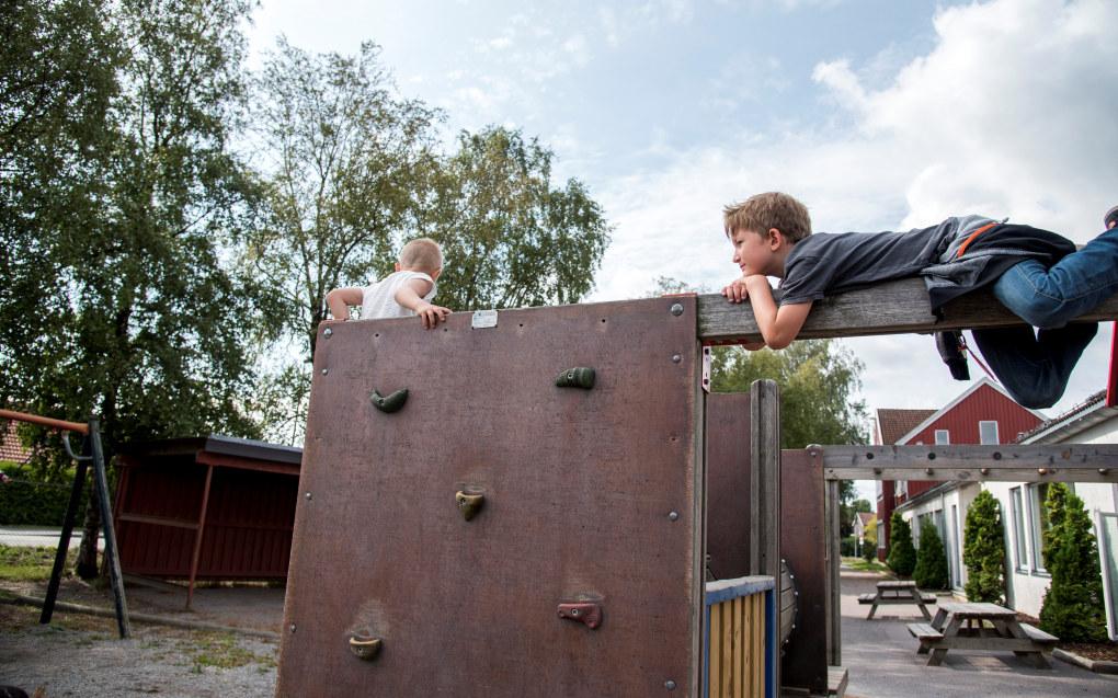 Aksel Drevsjømoen Rognerud (6) liker klatrestativet på Sem skole i Tønsberg, men det betyr ikke at han vil tilbake til barnehagelivet. Foto: Erik M. Sundt