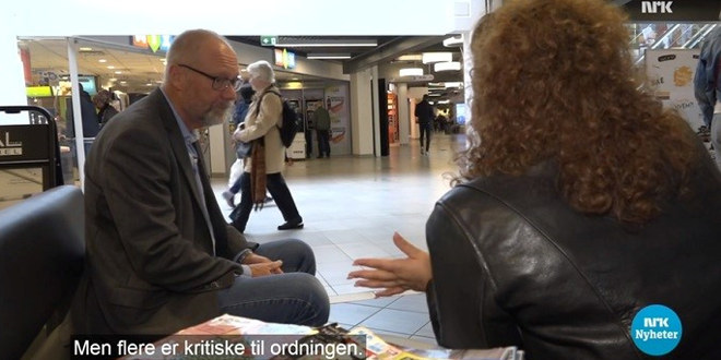 Sjeføkonom Erik Orskaug i Unio i samtale med kvinnelig reporter fra NRK Dagsrevyen