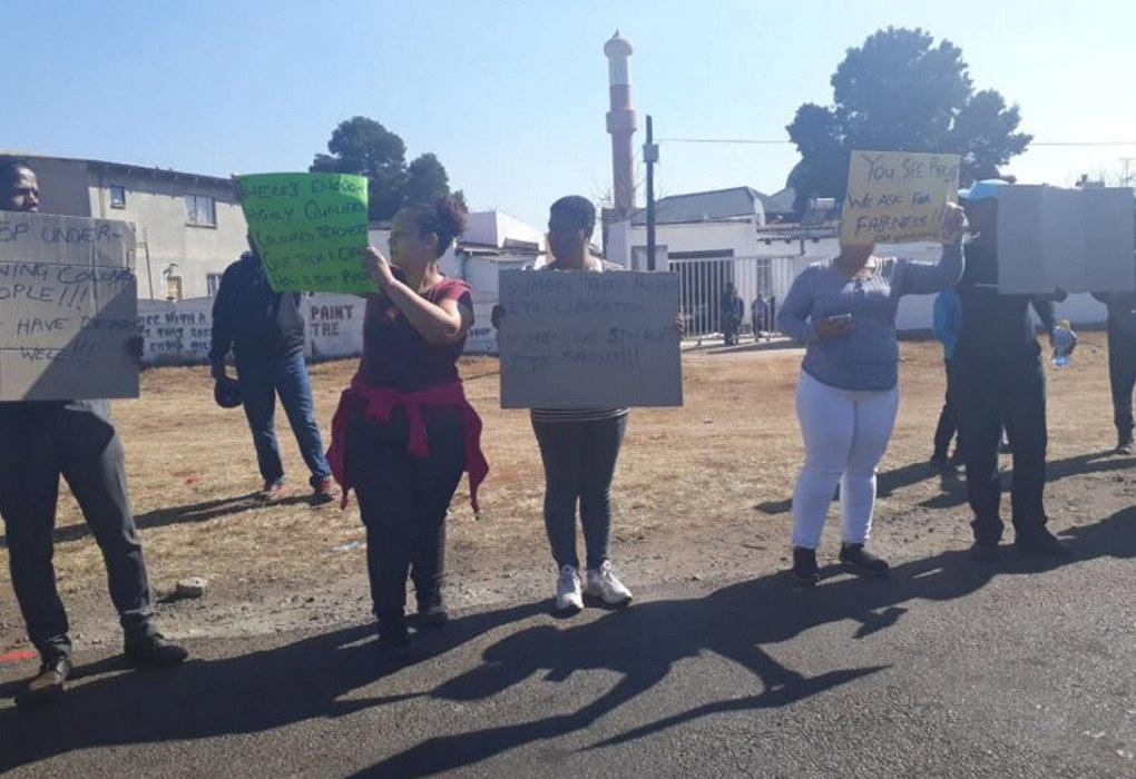 Aktivistar demonstrerer mot tilsettinga av ny rektor ved Klipspruit West Secondary School, som dei meiner er eit utslag av etnisk diskriminering. Foto: Slindelo Masikane/Jacaranda FM News