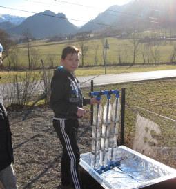 Elev ved Omvikdalen skule gjør klar en solfanger. Foto: Omvikdalen skule