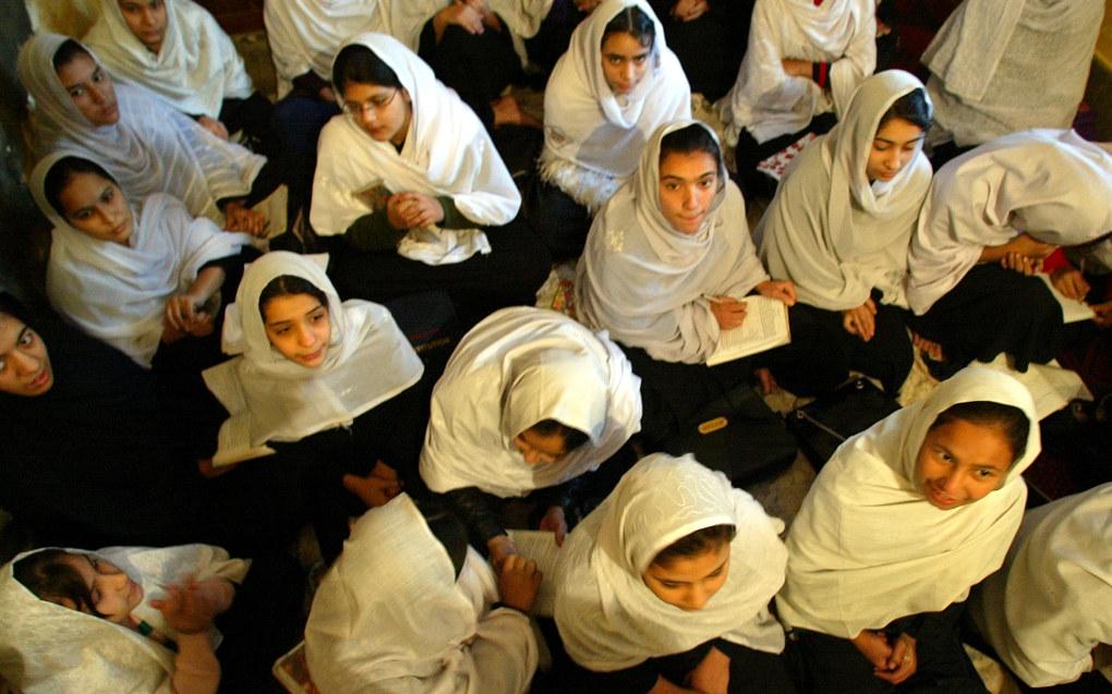 Stadig færre jenter i Afghanistan får gå på skole, viser en ny rapport. Her fra Astrid Morken-skolen i Peshawar i Pakistan hvor afghanske jenter får utdanning fram til niende klasse. Astrid Morken var journalist og ble drept i 1988 i Afghanistan da bilen hun satt i kjørte på en mine. Den norske afghanistankomiteen støtter skolen, som drives av afghanske kvinner. Foto: Lise Åserud / NTB scanpix.