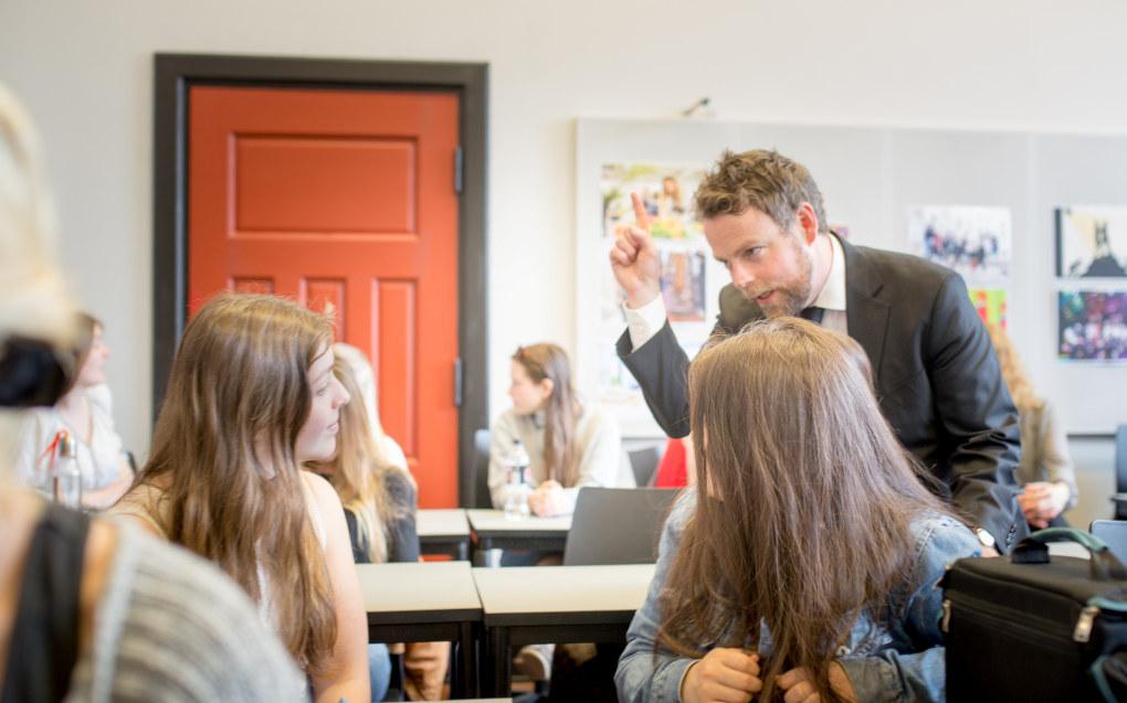 Torbjørn Røe Isaksen i engasjert prat med elevene på Edvard Munch videregående skole i Oslo. Han vil gjerne fortsette som kunnskapsminister, og fortsette arbeidet for yrkesfagene. Foto: Hans Skjong / Utdanning.