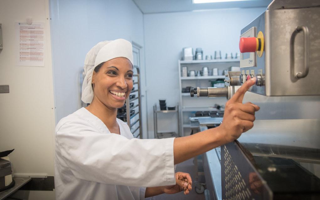 Mhret Haile Woldu (35) har grunn til å smile. I løpet av forsommeren 2017 er hun ferdigutdannet kokk. Foto: Håvard Zeiner