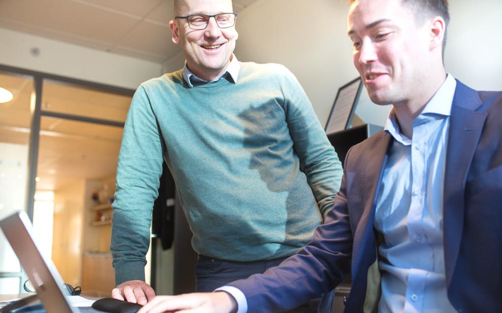 Torsdag fotfulgte Vegar Bogen Utdanningsforbundets leder Steffen Handal rundt omkring, blant annet på arbeidstidsforhandlinger med KS. Sitte i Handals kontorstol fikk han også. Foto: Hans Skjong