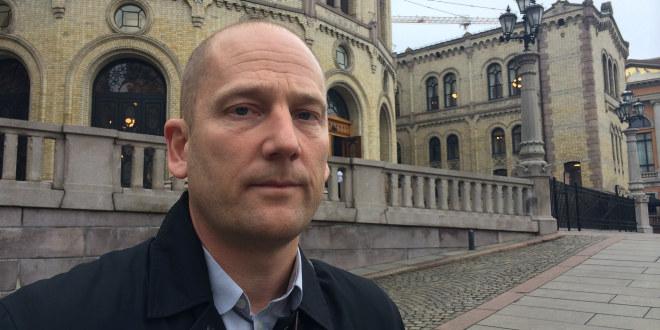 En alvorlig Steffen Handal står foran Stortinget.