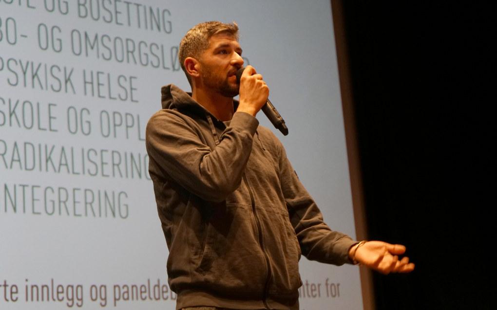 Leo Ajkic snakket om sin egen erfaring som flyktning på NTNUs konferanse om barn på flukt. Foto: Marianne Ruud