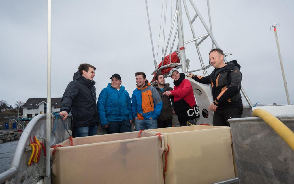 Disse elevene vet at de vil jobbe på havet. Christoffer Røed (fra venstre), Vegard Grunnan, Olav Myhre, Mattias Sørensen og Rune Moe. Helt til høyre står lærer Einar Dekkerhus. Foto: Håvard Zeiner