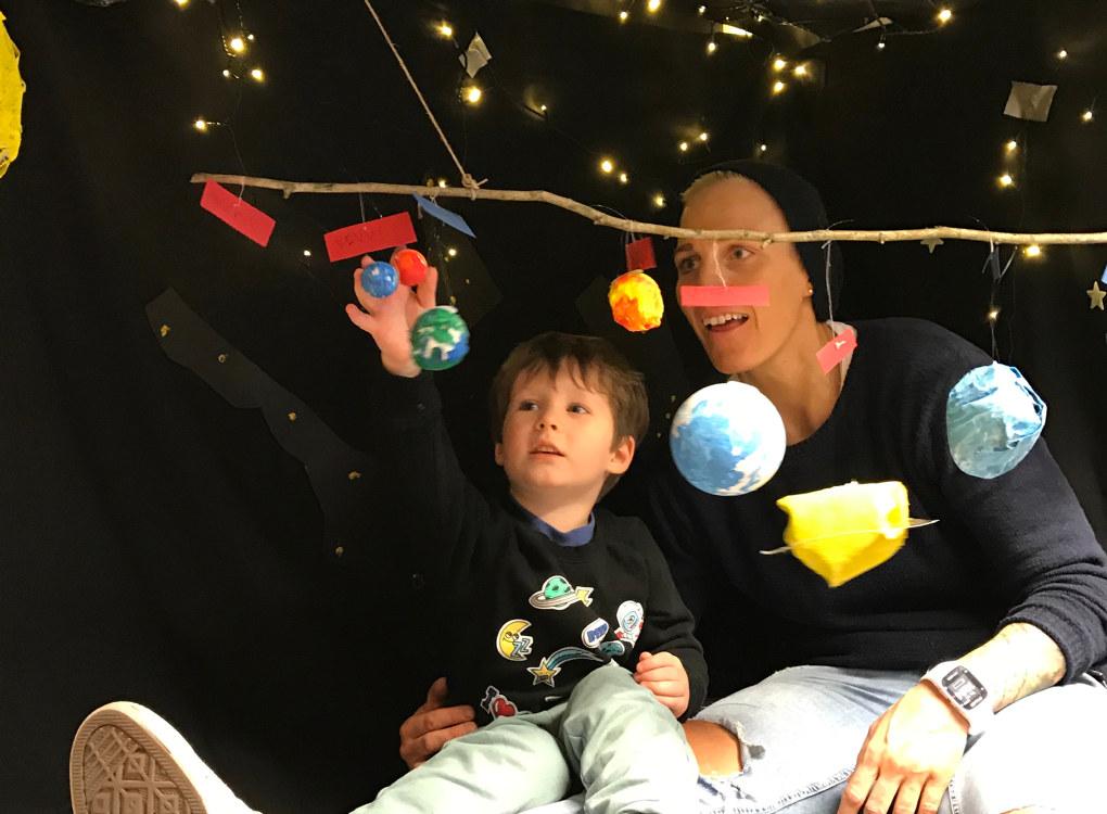 Carl Teodor (4) drømte om stjerner og planeter, og fikk en tur i verdensrommet sammen med pedagogisk leder Anette Svendsen i Asak kulturbarnehage i Halden. Foto: Asak kulturbarnehage
