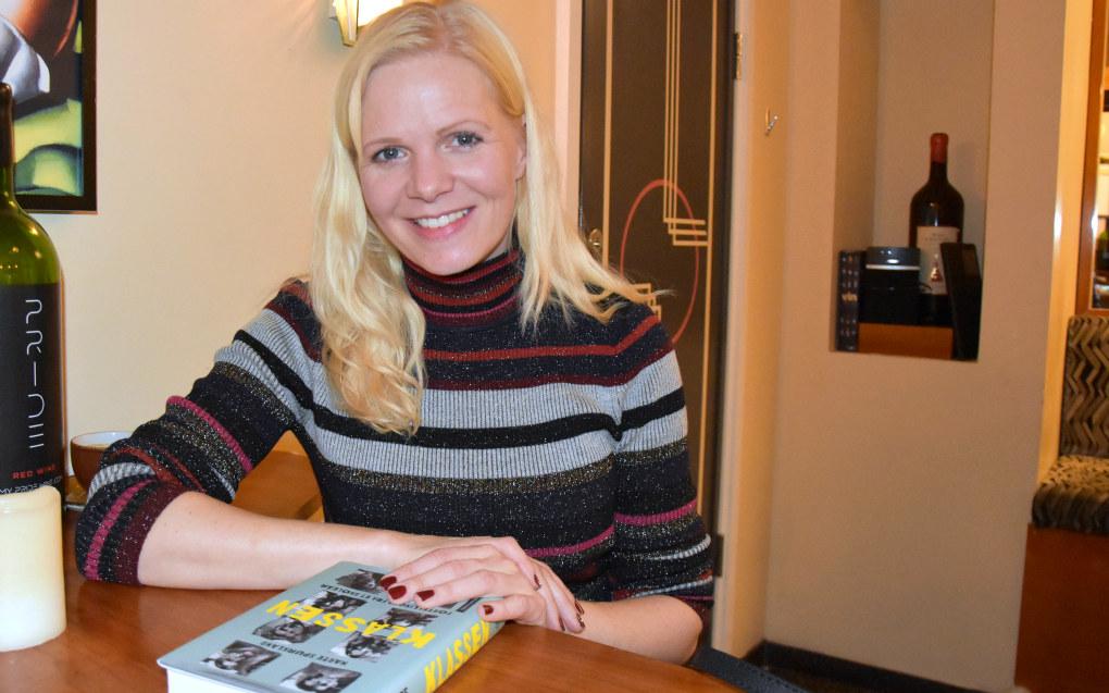 Marte Spurkland mener hun kom tett på da hun intervjuet elevene og læreren gjennom et helt skoleår. Resultatet ble boka «Klassen». Foto: Wenche Schjønberg