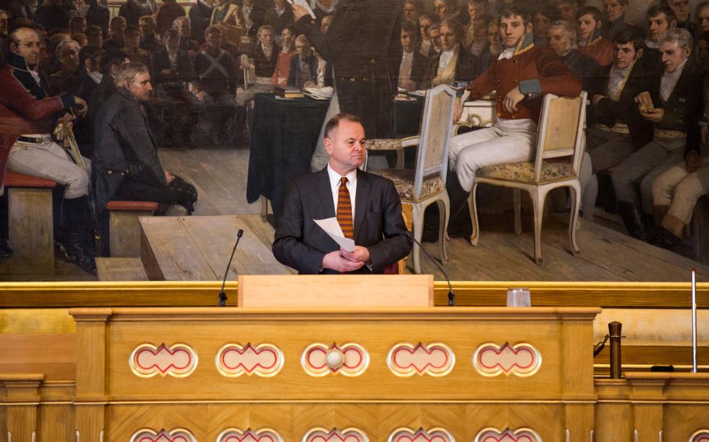 Olemic Thommessen mener det er opp til partiene å sørge for at Stortinget speiler befolkningen bedre enn i dag. Det er imidlertid ikke like smalt sammensatt som eidsvollmennene på maleriet bak ham. Foto: Stortinget.