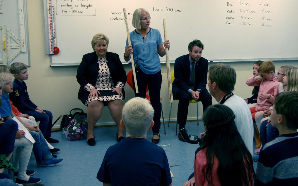 Berit Bakke Berge var en av landets første lærerspesialister. Hun og klassen i Bærum fikk besøk av statsminister Erna Solberg og Torbjørn Røe Isaksen i forbindelse med lansering av ordningen med lærerspesialister i juli 2016. Foto: Marianne Ruud