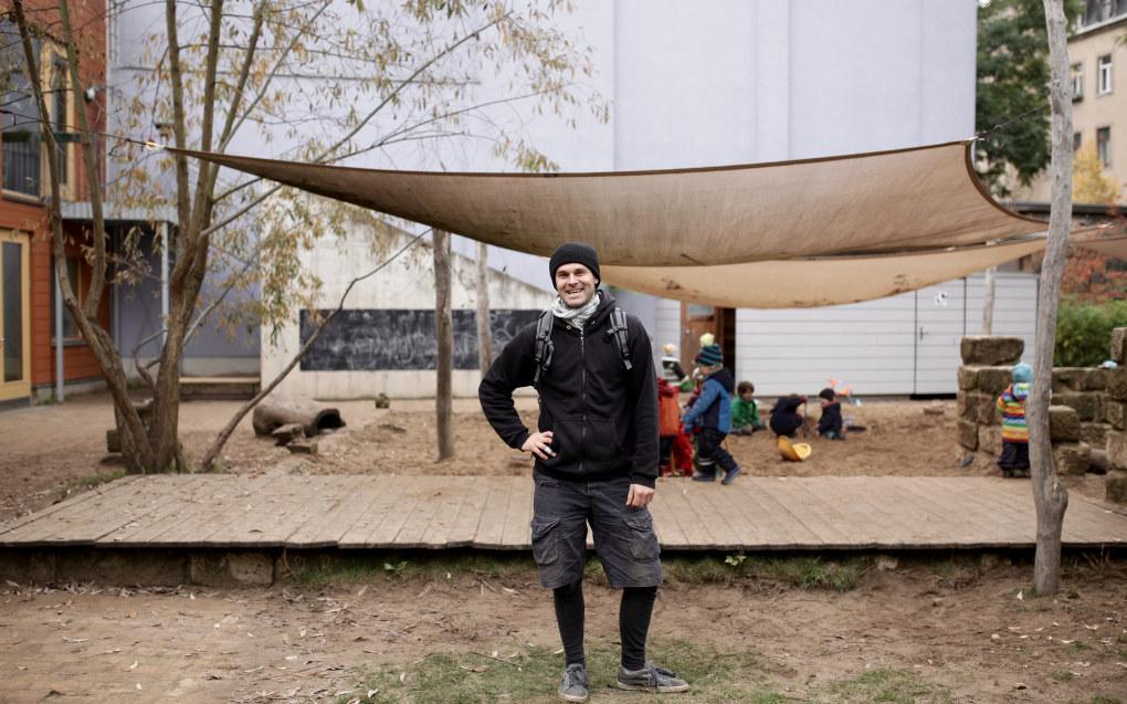 Alexander Krell er en av åtte menn i teamet på 15 pedagoger i Cocolores barnehage i tyske Dresden. Barnehagen har en økologisk profil og barna er mye ute, noe rammeplanen sier er viktig. Foto: Yngve Leonhardsen