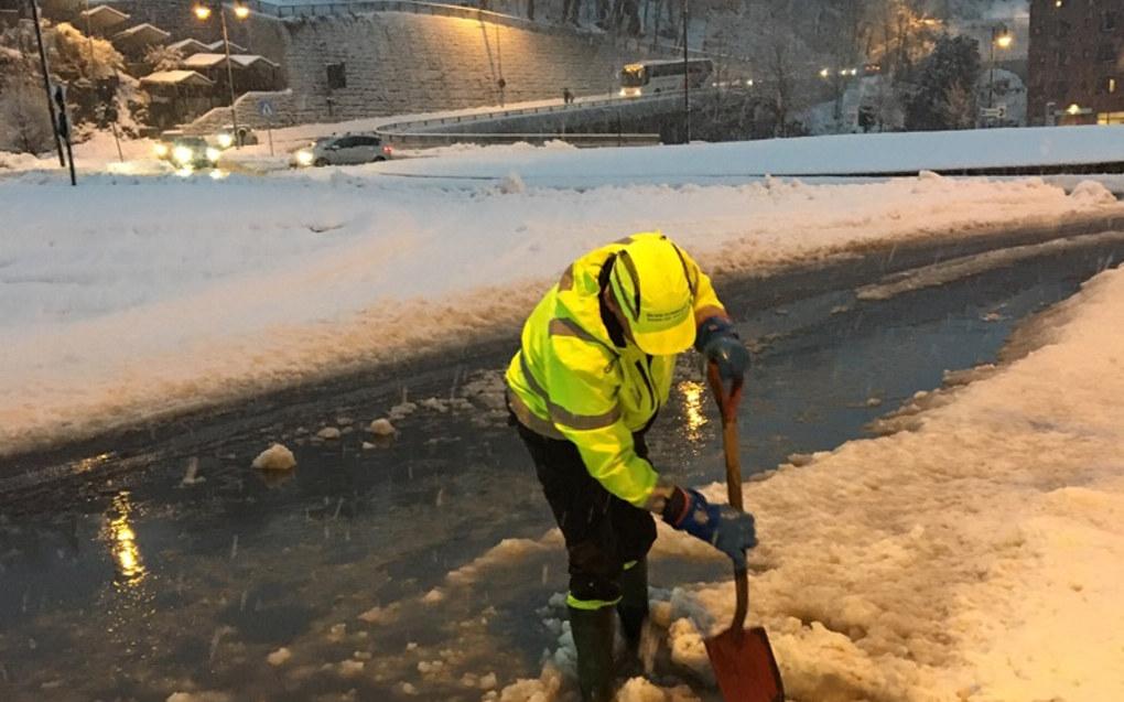 Store snømengder fører til strømbrudd og vanskelige kjøreforhold i Sør-Norge. Her fra Skien, hvor to barnehager og en skole er stengt. Foto: Anne Spånheim