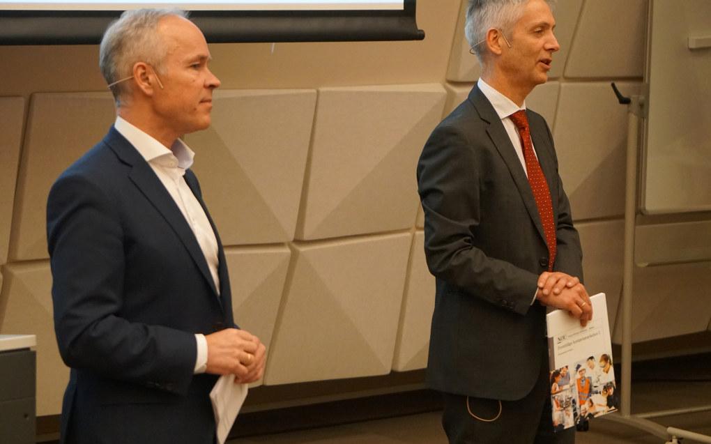 Økonomiprofessor Steinar Holden (til høyre) har ledet Kompetansebehovutvalget, som i dag leverte sin rapport til kunnskaps- og integreringsminister Jan Tore Sanner. Foto: Marianne Ruud