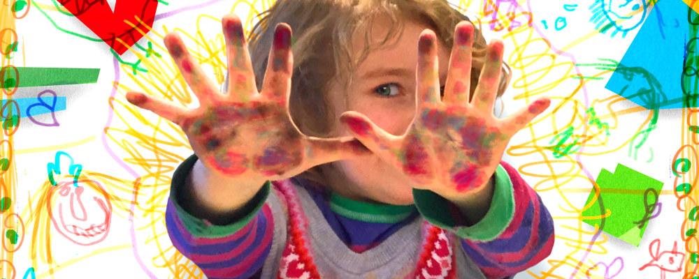 Barn med farger på hendene.