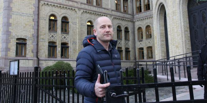 Steffen Handal på vei inn til Stortinget.