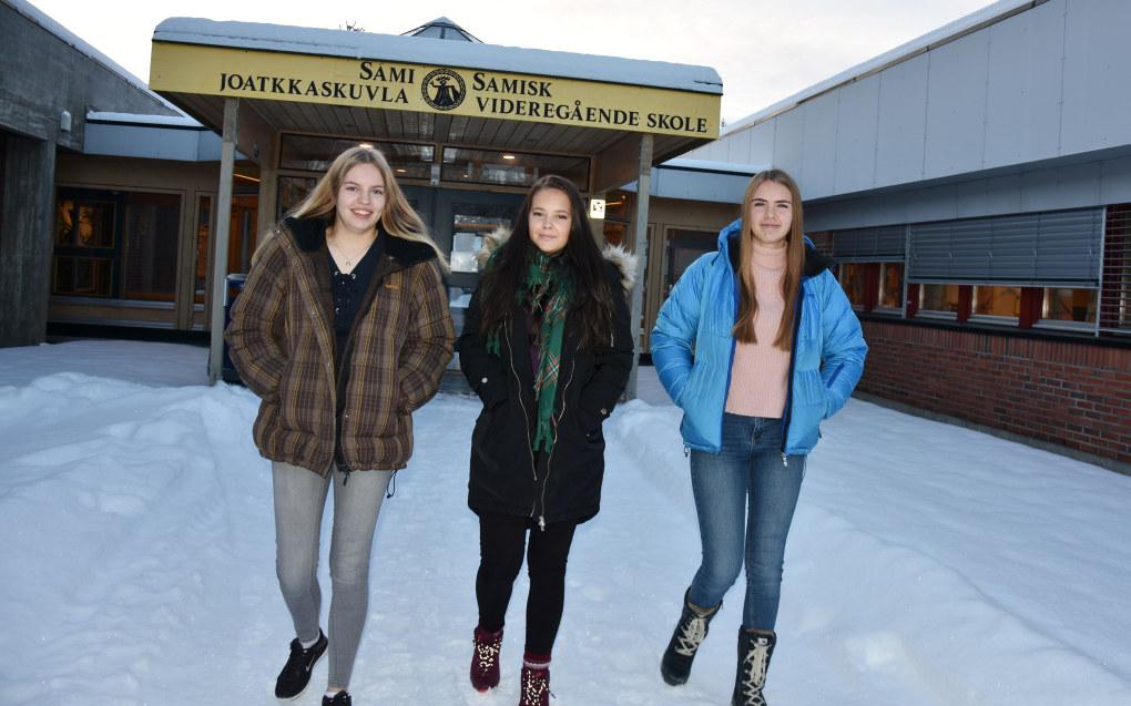 Disse tre jentene tar samisk som fjernundervisning. Fra venstre Julianne Tysse Mjelde, Julie Helgesen Aarsland og Henriette Bersaas Johansen. Foto: Wenche Schjønberg