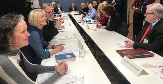 Mange personer sitter overfor hverandre og skal starte forhandlinger om offentlig tjenestepensjon