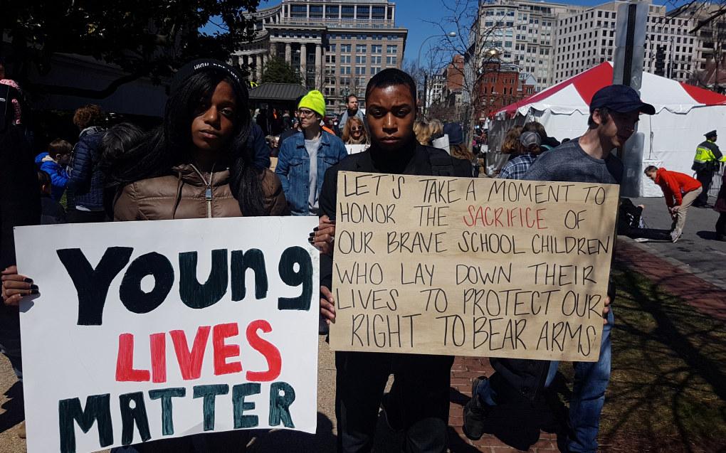 """""""Takk til elevene som ofret livet for vår rett til å bære våpen"""", er den bitende ironiske kommentaren på plakaten Trey Young holder. Han og tvillingsøsteren Tara Young har fått nok av USAs liberale våpenlover. Foto: Harald F. Wollebæk"""