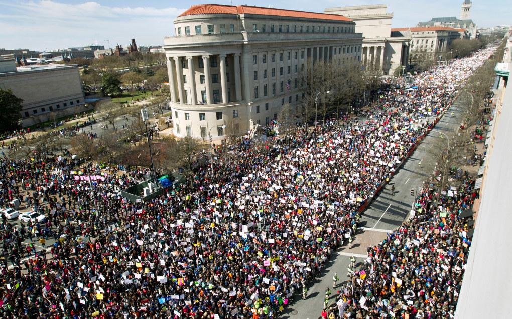 Flere hundre tusen demonstranter fylte gatene i sentrum av Washington med krav om strengere våpenlover. Foto: NTB/Scanpix/AP Photo/Jose Luis Magana