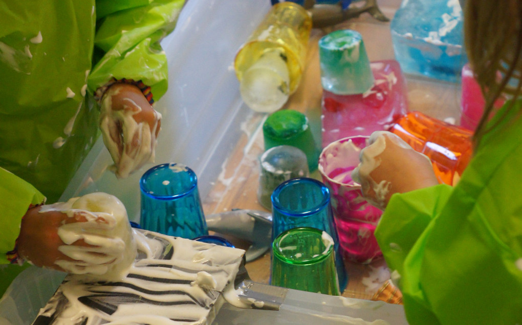 AV OG TIL KAN vi tilby mer utfordrende konsistenser som hudvennlig barberskum, snø og isklumper, eller gelé laget av gelatin og vann. Legg gjerne ved ulike redskaper som gjør utforskningen enda mer interessant – som pipetter, engangssprøyter, malerpensler, hjulvisper, siler, og øser. Du får mer inspirasjon på bloggen «Sand and water tables», av Thomas Beddard. (tomsensory.blogspot.com og «Sand and water tables» på Facebook) Foto: Trude Anette Brendeland
