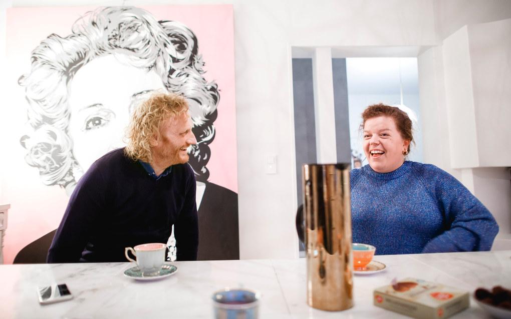 Komiker Else Kåss Furuseth husker sin favorittlærer som en som tok henne på alvor.  – Jeg er veldig glad for at jeg lyktes med ikke å avvise, sier Petter Hagen. Foto: Tom Egil Jensen