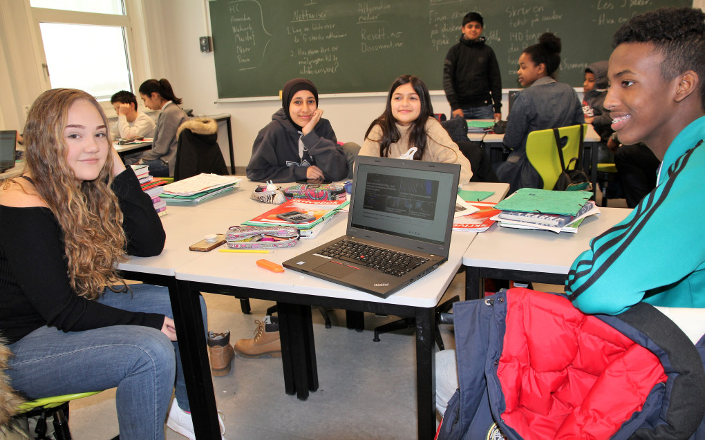 Melissa (14), Ruia (13), Martina (13) og Mustaf (13) er opprørt over kommentarene Sumaya Jird Ali har fått på nett. Foto: Sonja Holterman