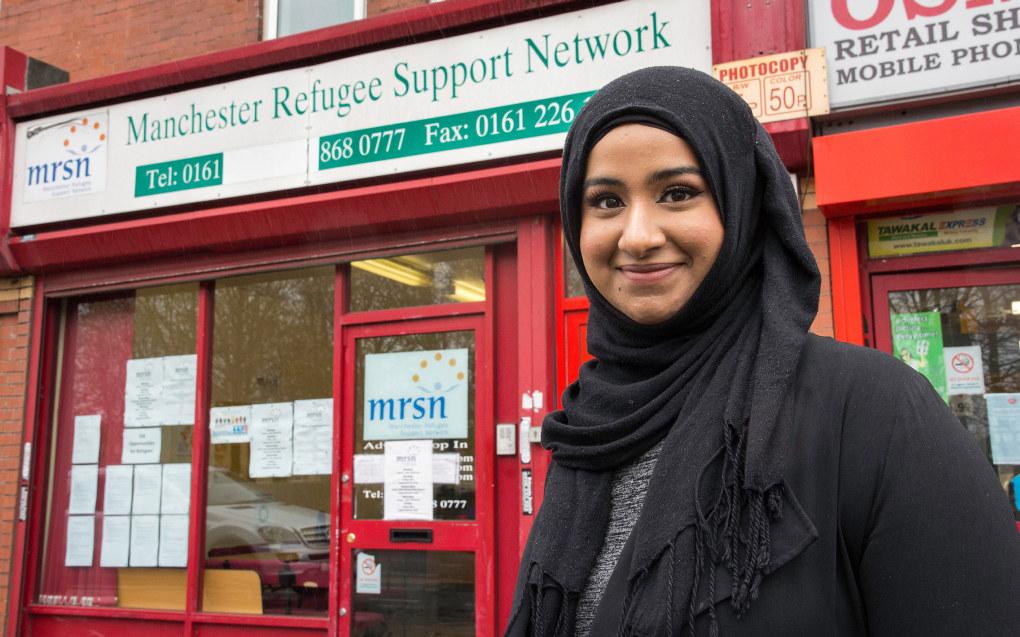 Innenfor disse røde veggene har Fatima Khalid arbeidplassen sin i Manchester. Foto: Kari Kløvstad