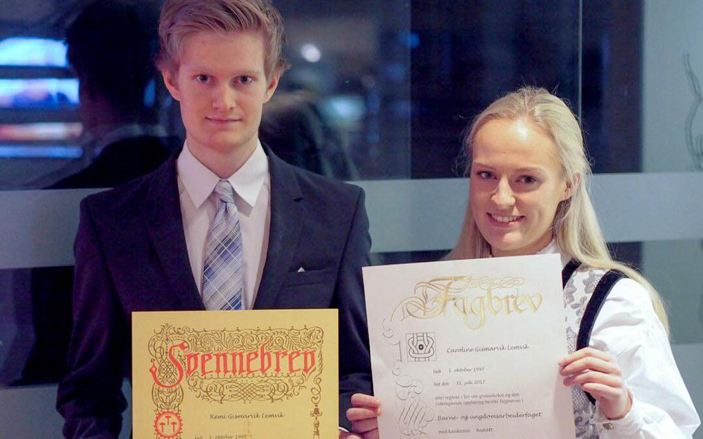 Tvillingene poserte stolt på bildet som ble lagt ut i sosiale medier og samlet mange likes for yrkesfag. Foto: Privat