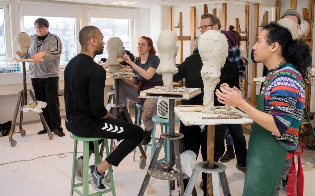 Elevene i førsteklasse ved Asker kunstfagskole skal modellere hodet til modellen Daniel Nygård så nøyaktig de klarer. Foto: Kari Kløvstad