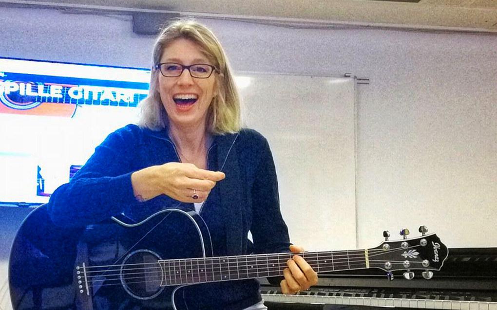 I løpet av en arbeidsdag må en lærere løse mange oppgaver. Her har en streng røket på Elin Måge sin gitar. Hun har laget et eget vurderingsopplegg for gitarspilling også, i tillegg til alt det andre hun finner på. Foto: Privat