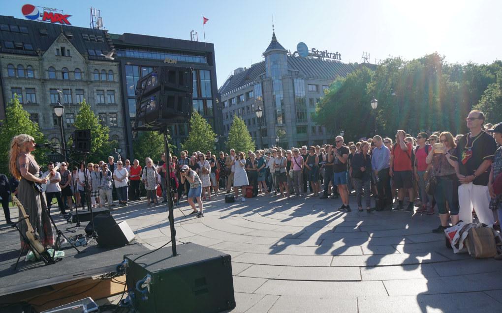 Flere hundre personer demonstrarte foran Stortinget i går for retten til å ytre seg. Foto: Marianne Ruud