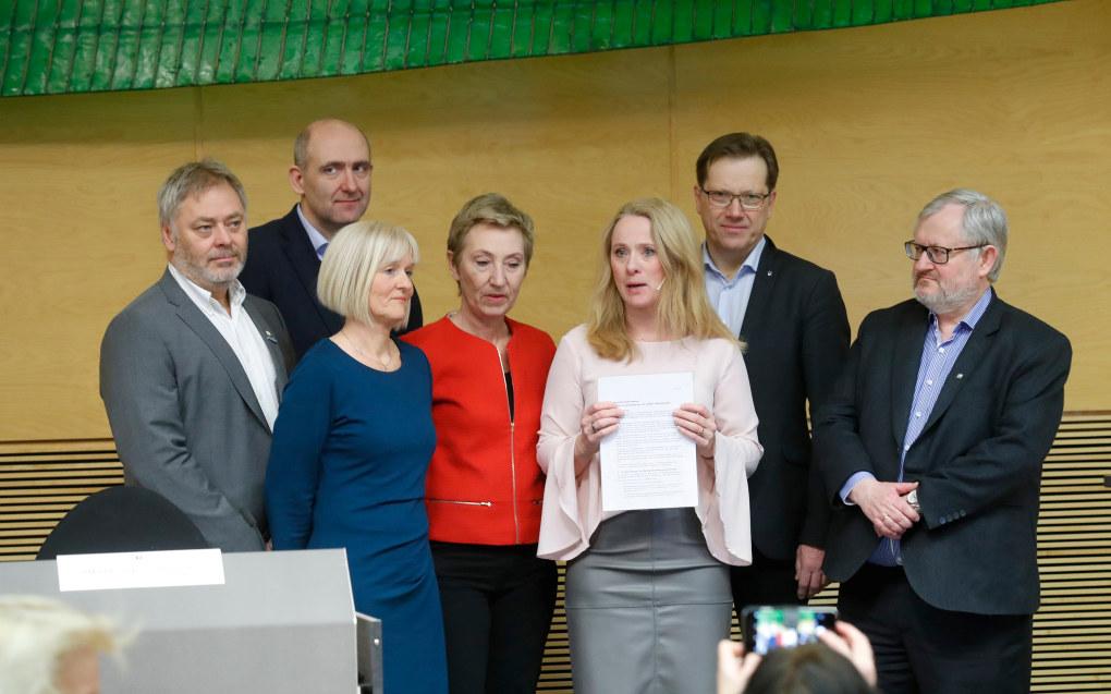 I mars ble partene enige om en avtale om ny offentlig pensjon. Fra v.: Erik Kollerud (YS) Anders Kvam (Akademikerne Stat) Ragnhild Lied (Unio) Peggy Hessen Følsvik (LO), Lasse Hansen (KS) og Stein Gjerding (Spekter). Nå har flertallet i forbundene i Unio, YS og LO stemt ja.  Foto: Terje Bendiksby / NTB Scanpix