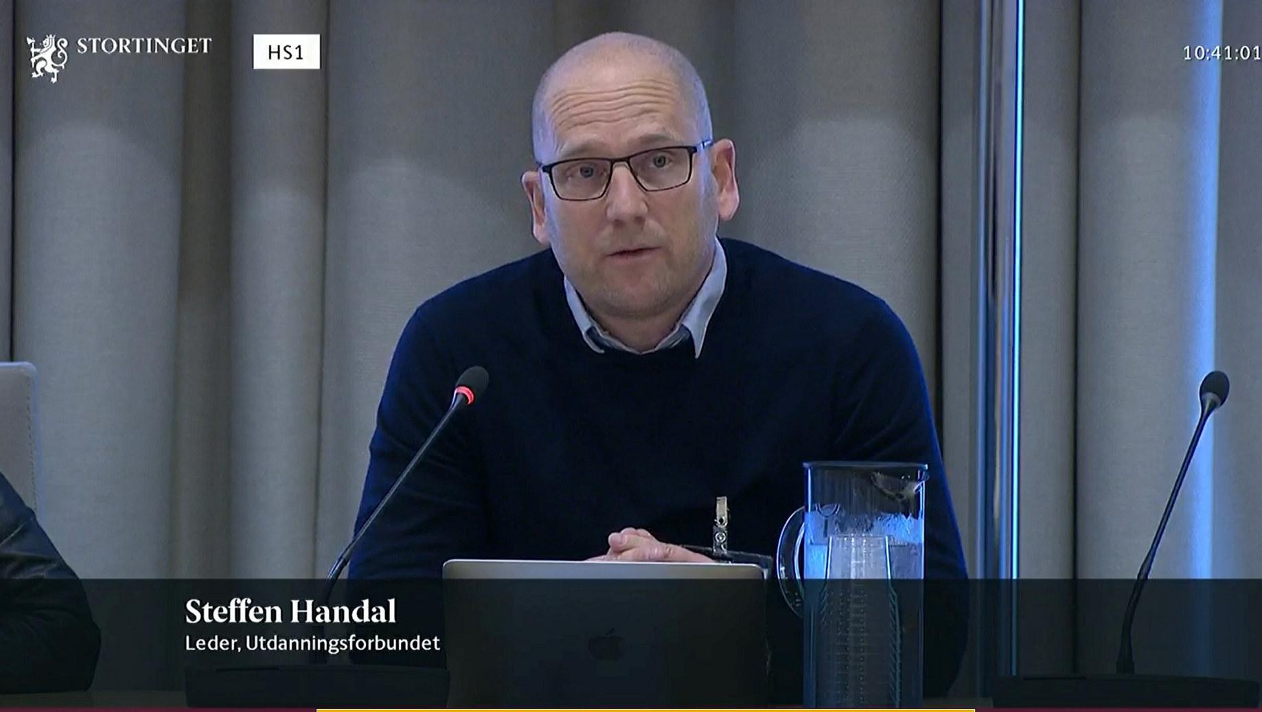 Utdanningsforbundet ga sin fulle støtte til forslaget om tillitsreform i skolen i høringen i utdannings- og forskningskomiteen, her ved leder Steffen Handal. Foto: Stortinget