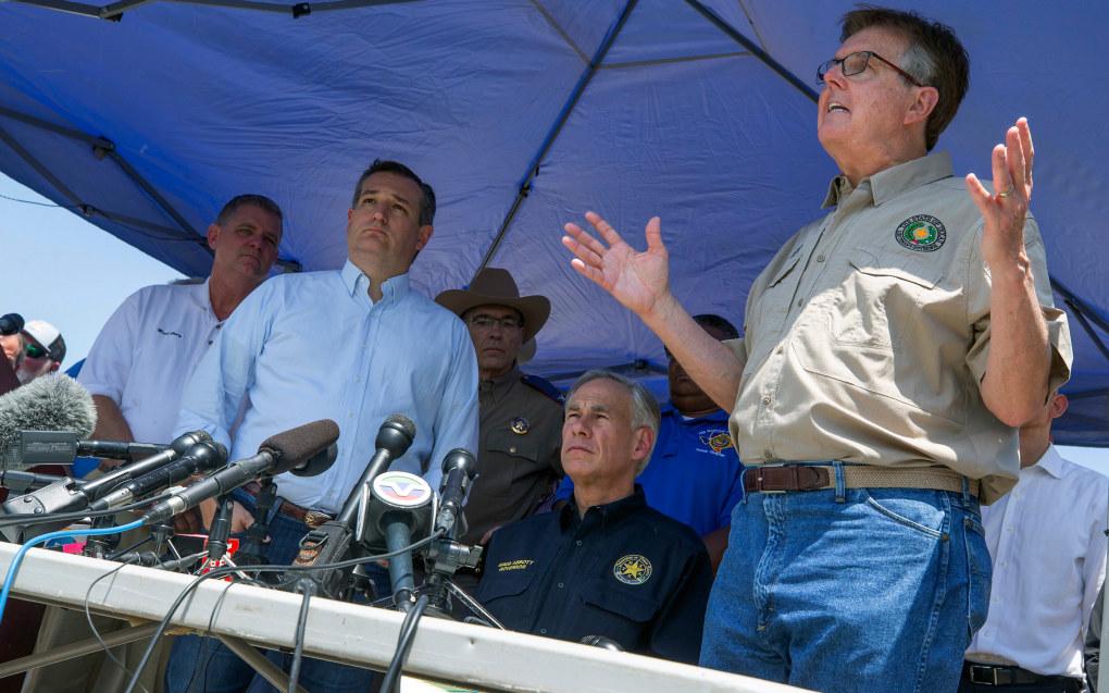 Etter skoleskytingen i delstaten Texas mener assisterende delstatsguvernør Dan Patrick at løsningen er færre innganger på skolene, at lærere må bevæpnes og at våpenregulering starter i hjemmet. På bildet: Senator Ted Cruz (nummer to fra venstre), Texas-guvernør Greg Abbott (nummer to fra høyre), og Texas' assisterende guvernør Dan Patrick (høyre), her under en pressekonferanse etter skoleskytingen i Santa Fe fredag. Foto: AP / NTB scanpix.