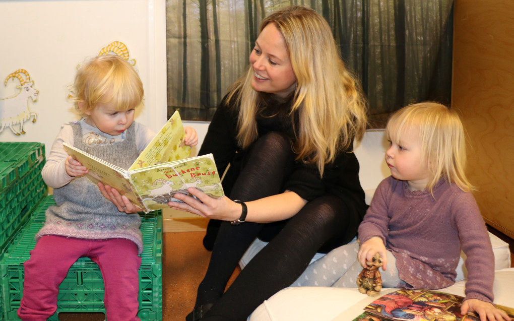 Styrer Lene Hole forteller at de leser flere bøker om bukkene bruse for barna Emma Dagsberg Rønning (t.h.) og Moa Skollerud. I et eget prosjektrom har de bygget bro av kasser og har små troll og andre gjenstander fra boka lett tilgjengelig. Foto: Line Fredheim Storvik