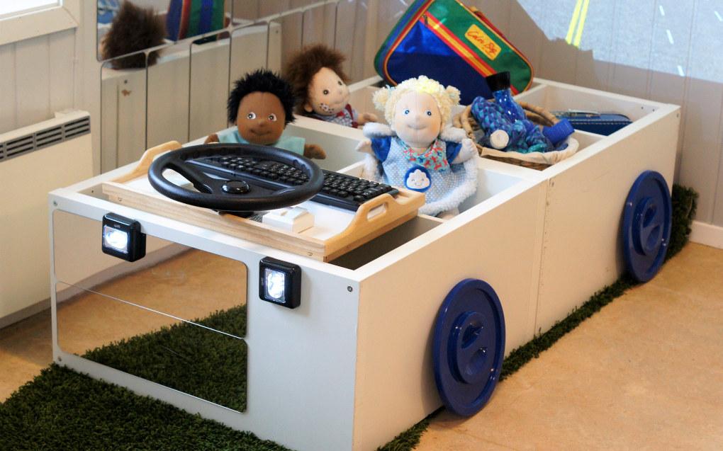Gamle, eller nye hyller kan romme mer enn leketøy. Med et trylleslag kan du gjøre dem om til en buss, en kjempestor puttekasse eller et byggebord. Foto: Trude Anette Brendeland