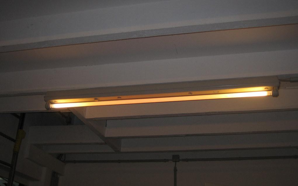 Det bør bli enklere å skifte lysstoffrør i Oslo-skolen, skriver Ivar Johansen (SV). Foto: Wikimedia Commons/Fox85.