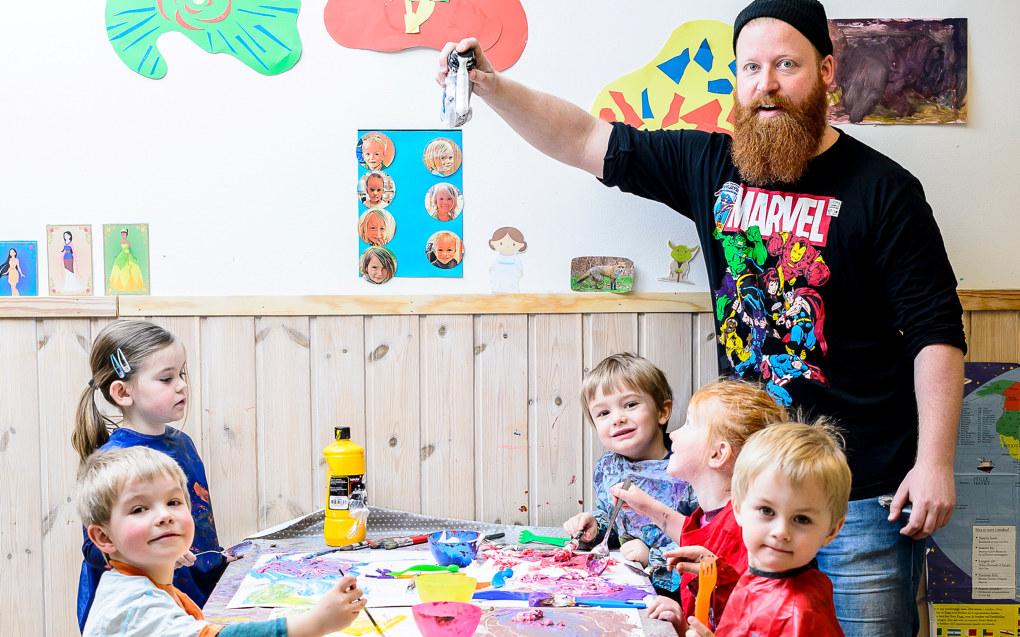 Er det noen som trenger barbering? I barnehagen bruker pedagogisk leder Anders Jerpseth barberskum på nye måter. Rundt bordet sitter fireåringene Eldar (f.v.), Thea, Linus, Kristine og Georg.  Foto: Tore Fjeld