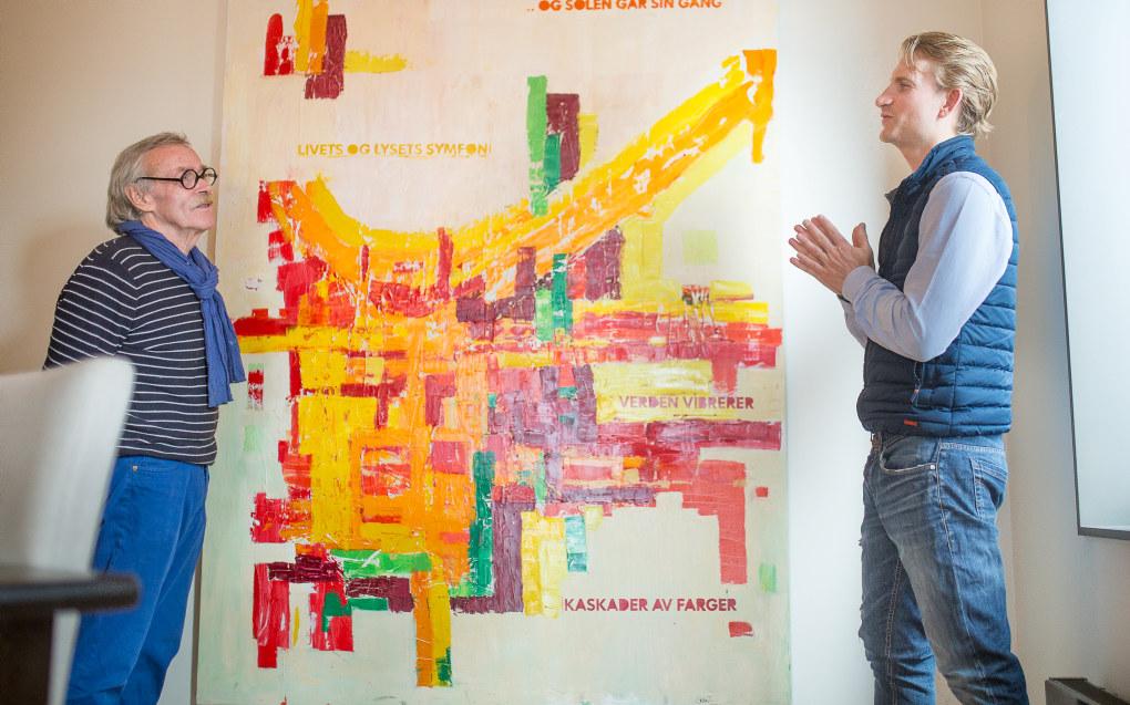 Lærer Stein Thoresen (t.v) og Halvard Bagøien holder kontakten, over 20 år etter at Bagøien var ferdig som elev på Grefsen barneskole. Bagøien spurte Thoresen om han kunne male et maleri til ham. Thoresen var selskreven gjest på vernissasjen i Bagøiens leilighet. Foto: Hans Skjong