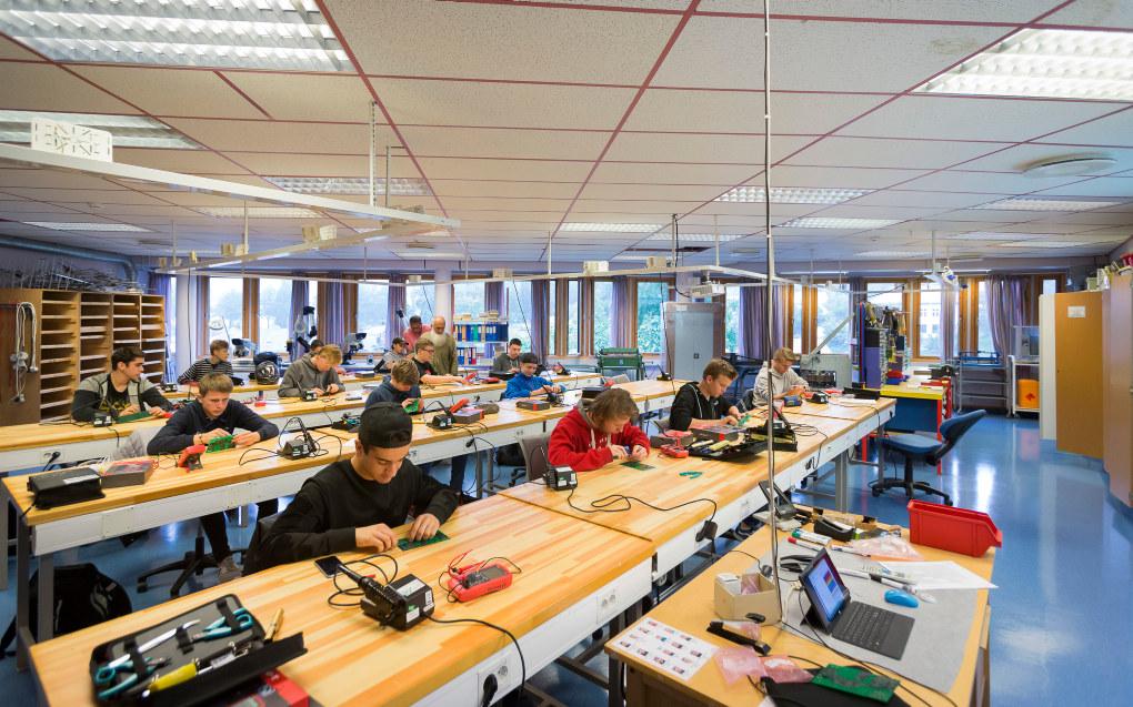 Elever på yrkesfag, som her i elektroklassen på Halden videregående, har store utgifter til utstyr. Nå får de snart økt stipend. Foto: Werner Juvik
