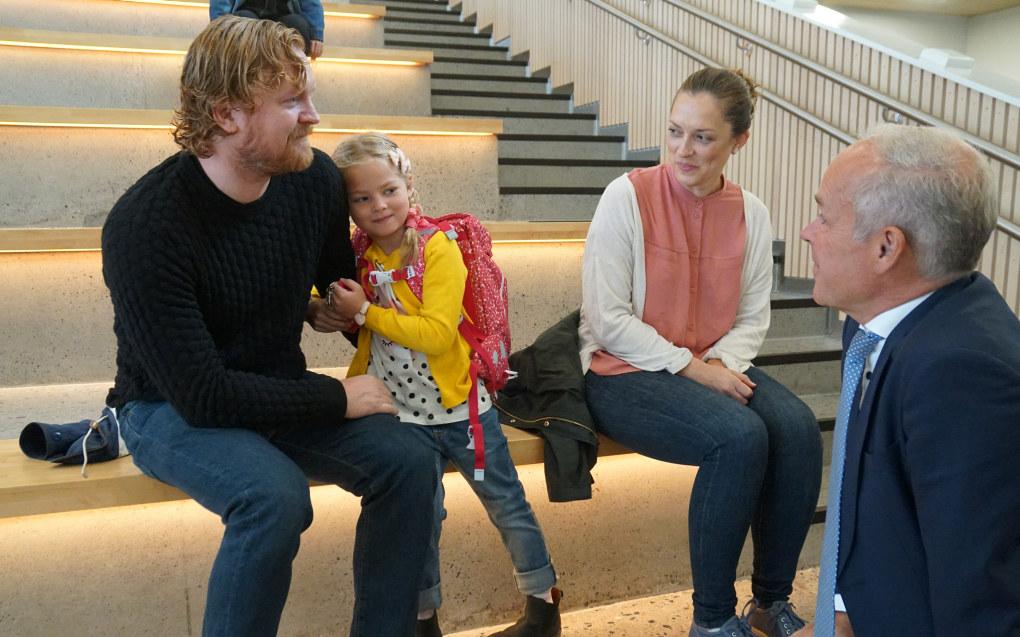 I dag begynte Oliva Jenny Hildrestrand Vik i 1. klasse. Det er godt å ha med pappa og mamma når hun skal hilse på kunnskapsminister Jan Tore Sanner. Foto: Marianne Ruud